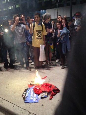 Manifestantes queimam bandeira do PT na avenida Paulista
