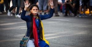 16fev2014---manifestante-participa-de-protesto-em-altamira-regiao-metropolitana-de-caracas-venezuela-exigindo-a-libertacao-dos-estudantes-presos-em-manifestacoes-anteriores-neste-domingo-16-1392613640