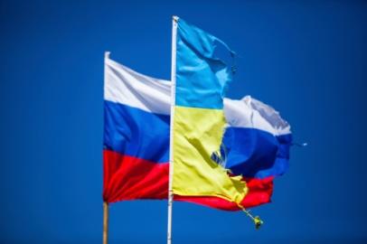 bandeiras rasgadas ucrania russia