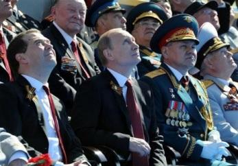 Putin-em-desfile-militar-size-598